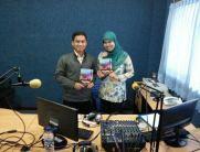 "Bersama Nadia (Penyiar Radio UNAIR) selepas mengisi rubrik ""Kacamata Pakar"""