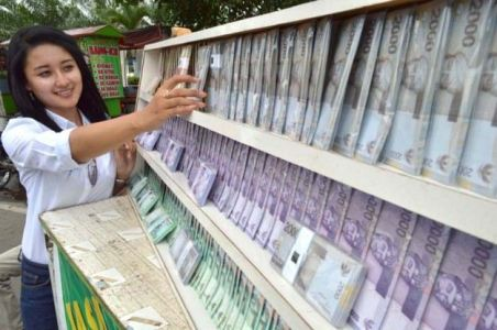 Si Cantik Penukar Uang di Surabaya